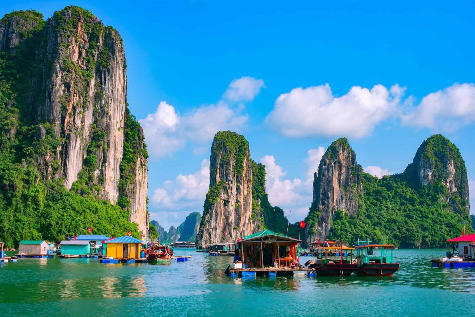 Topas Travel i Vietnam. Floating fishing village and rock island in Halong Bay, Vietnam, Southeast Asia. UNESCO World Heritage Site. Junk boat cruise to Ha Long Bay. Landscape. Popular landmark, famous destination of Vietnam