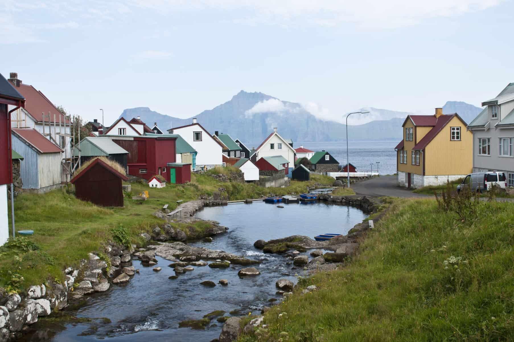 Færøerne, lille landsby og smukke bjerge