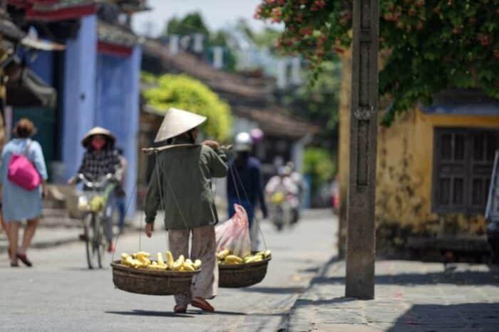 Gadesælger i Hoi An skræddernes by i Sydvietnam