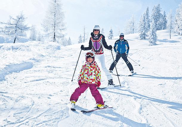 Når sneen daler ned over Kitzbüheler Alpen, flokkes glade skiløbere på de velpræparerede pister,