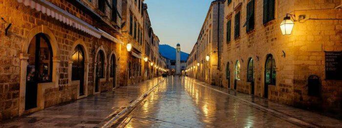 Dubrovnik også kendt som Ragusa er en charmerende kroatisk by lige ud til Adriaterhavet. Byen er et af de mest populære byer at besøge i Kroatien og absolut seværdig og ligger i Dalmatien. Byen blev anlagt i det 7. århundrede og blev et vigtigt kulturcentrum og handelsområde i middelalderen. Mellem 1815 og 1919 var den under østrigsk herredømme.