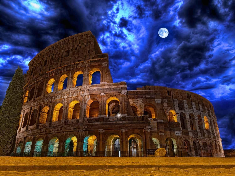 Colosseum, Rom, Italien, natfoto med smuk måne