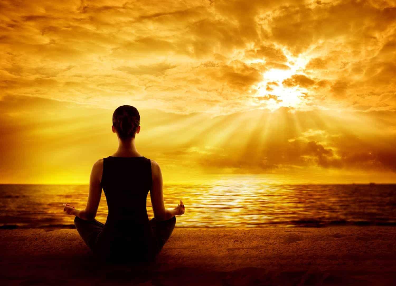 Yoga Meditation ved solopgang direkte på stranden
