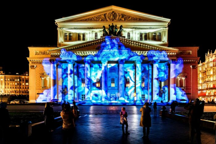 Moskva, Rusland 2017. State Academic Bolshoi Theatre Opera and Ballet illuminated for free open air international festival Circle of light
