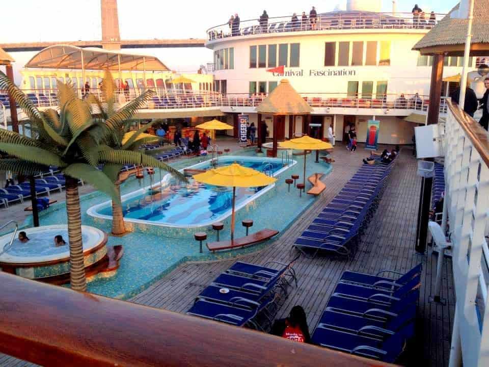På vej til the Bahamas i true style, swimming pool og palmer, der ikke bliver søsyge, perfekt