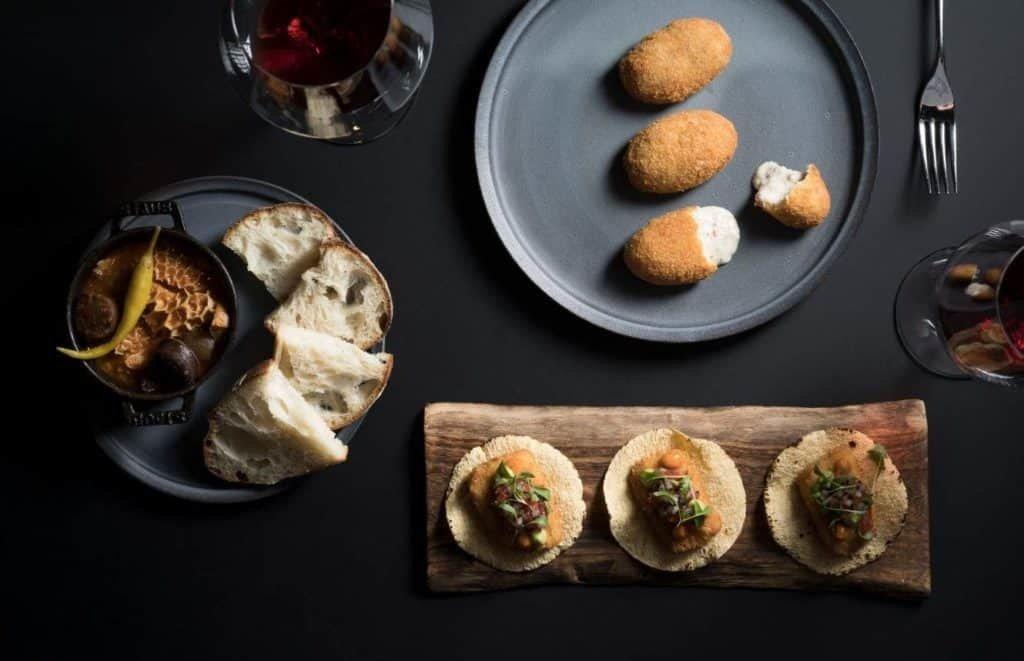 Restauranter i Singapore. Iggy´s Singapore, Mini-Gastro-Bar-Beef-tripe-fish-tacos-and-croquette