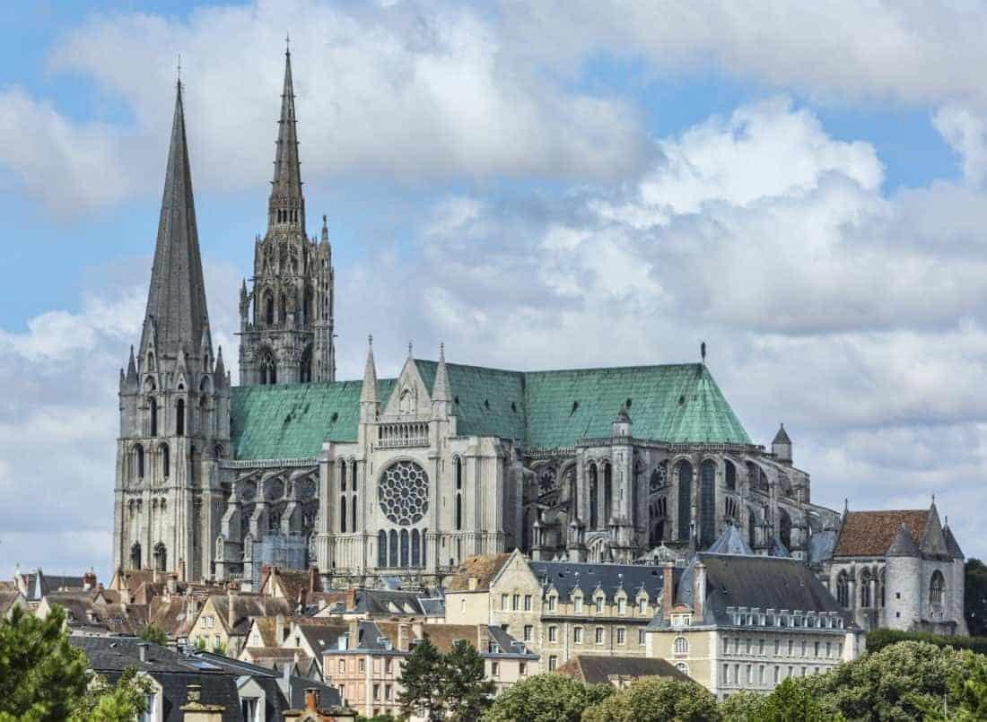 Domkirken i Chartres ligger i Chartres 80 km sydvest for Paris og anses for at være et af de fornemste gotiske bygningsværker i Frankrig