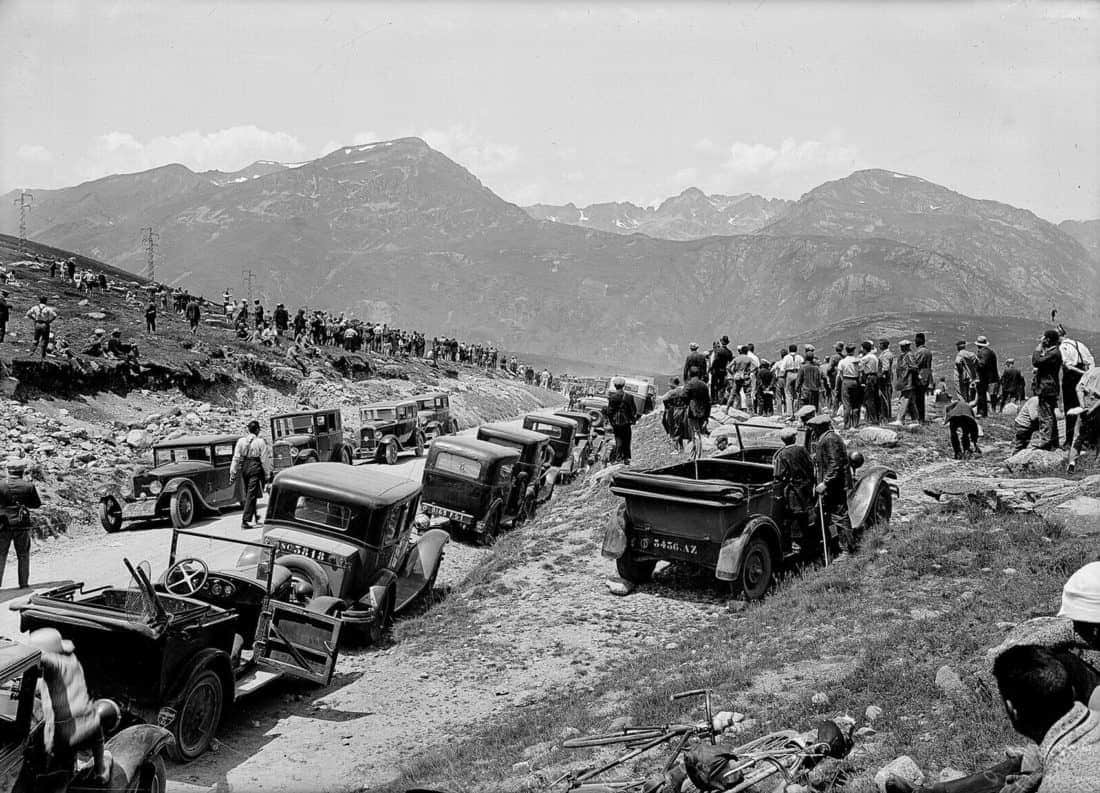 1925-Spectators-during-the-past-of-the-tour-de-France-in-the-Puymorens