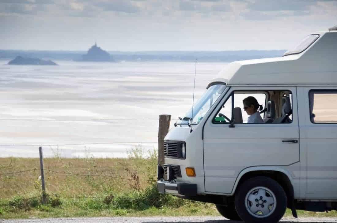 Camping i Frankrig: Kvinde i ældre camper ved berømte Le Mont-Saint-Michel