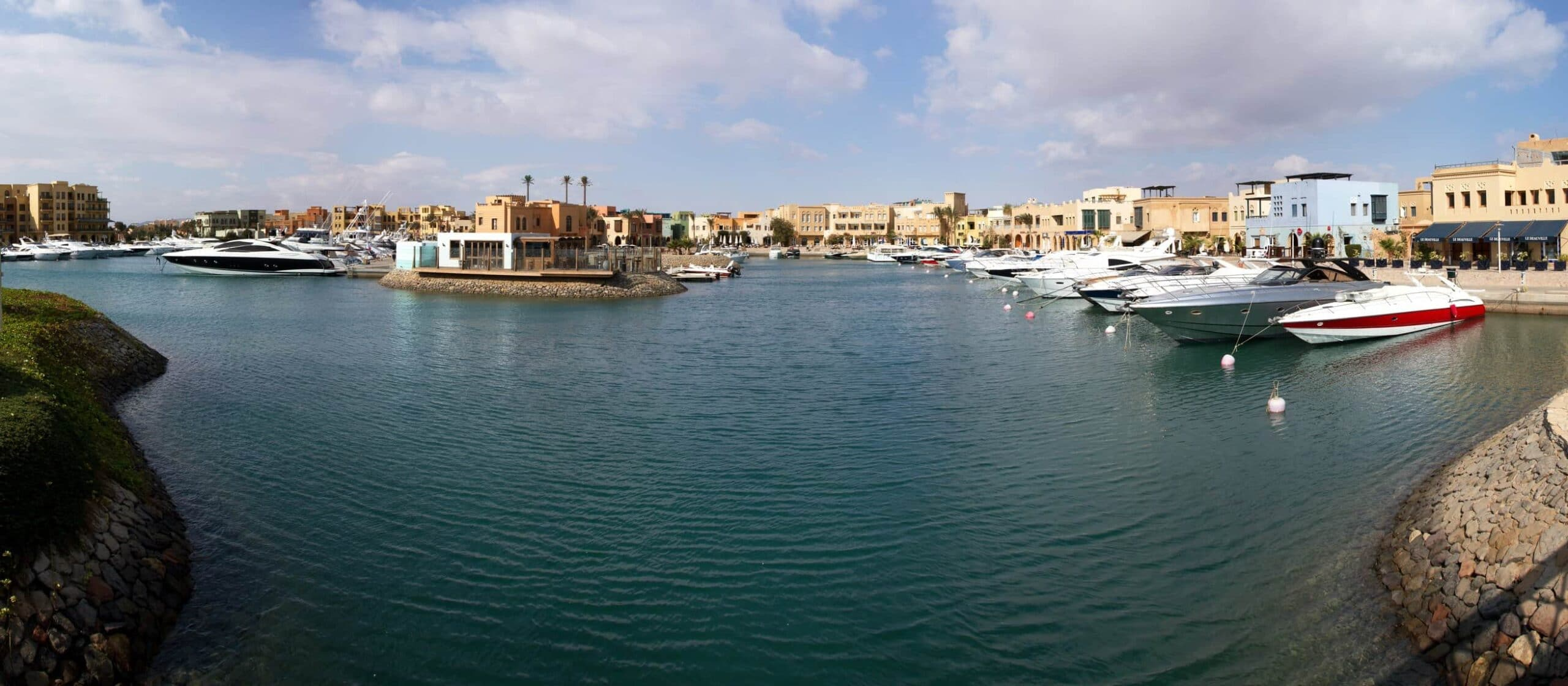 Motorbåed i den lækre marina i El Gouna i Egypten