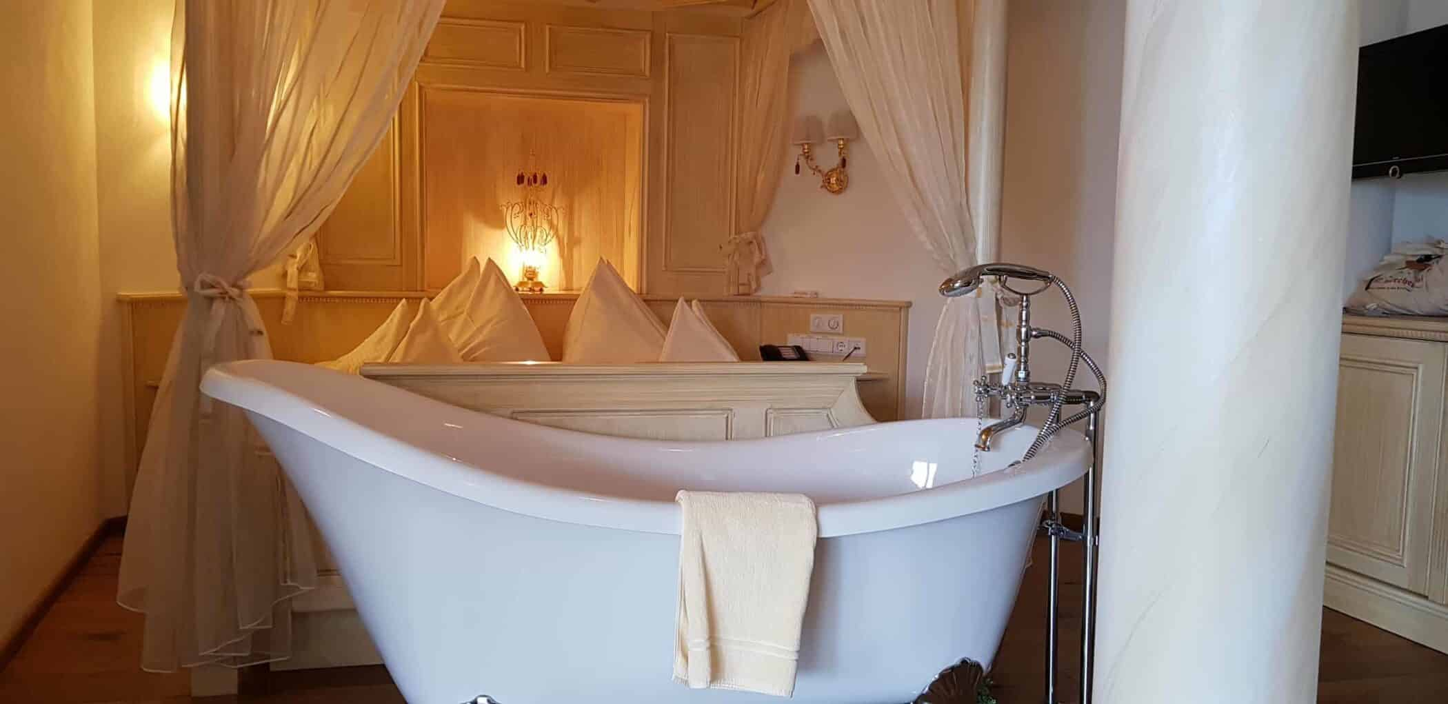 Lärchenhof suite med 2 badeværelser + dette charmerende retro badekar !