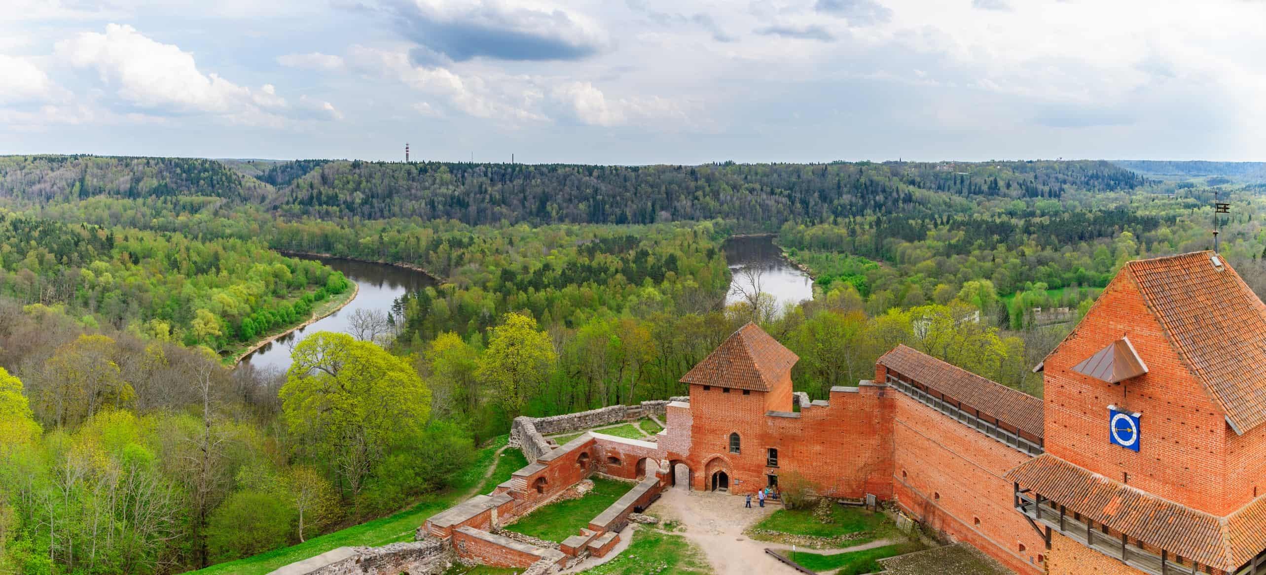 Turaida slottet nær Gauja floden i Sigulda, Letland