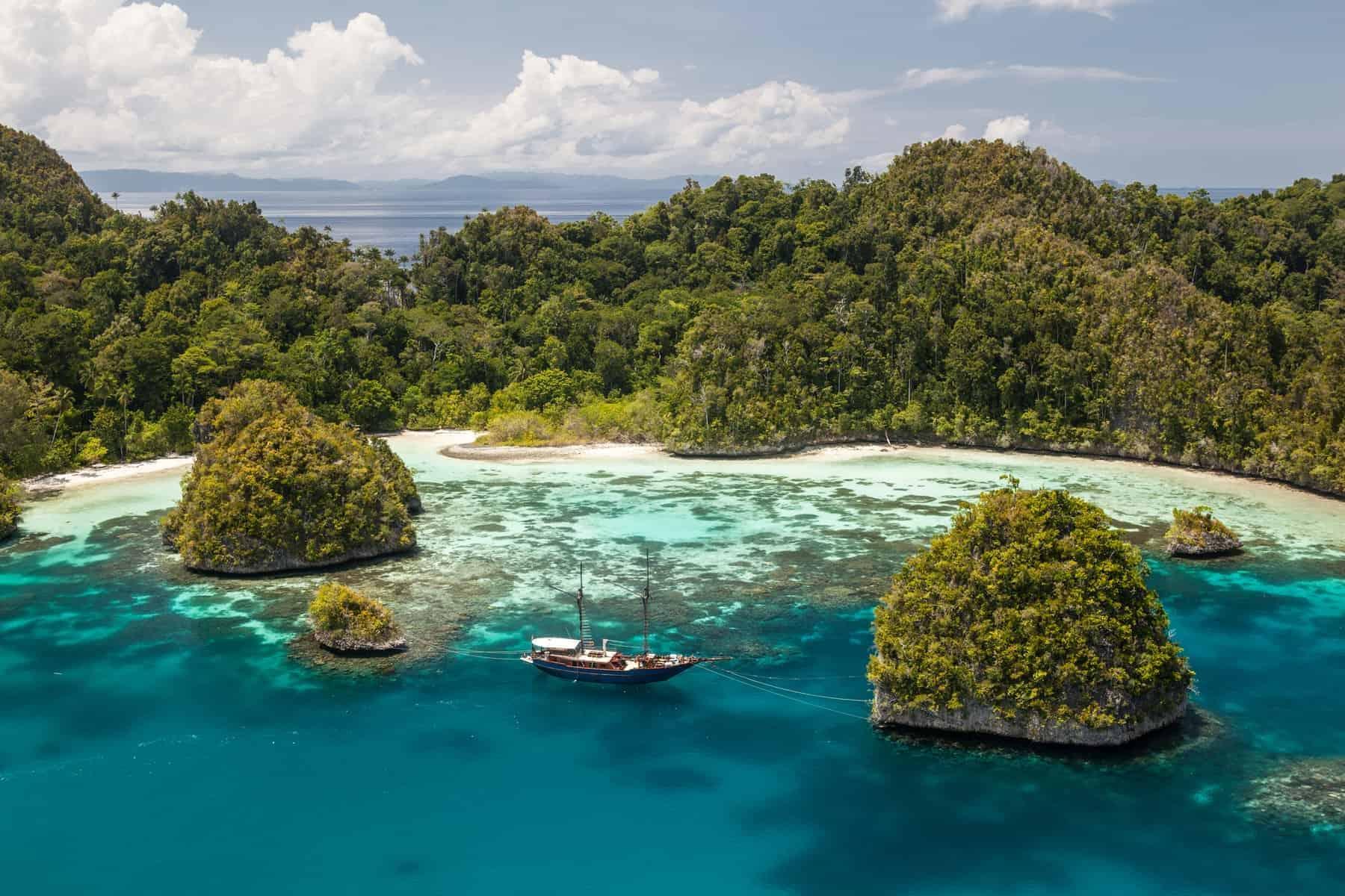 Papua New Guinea, Raja Ampat omgivet af kalkholdige klipper i havet