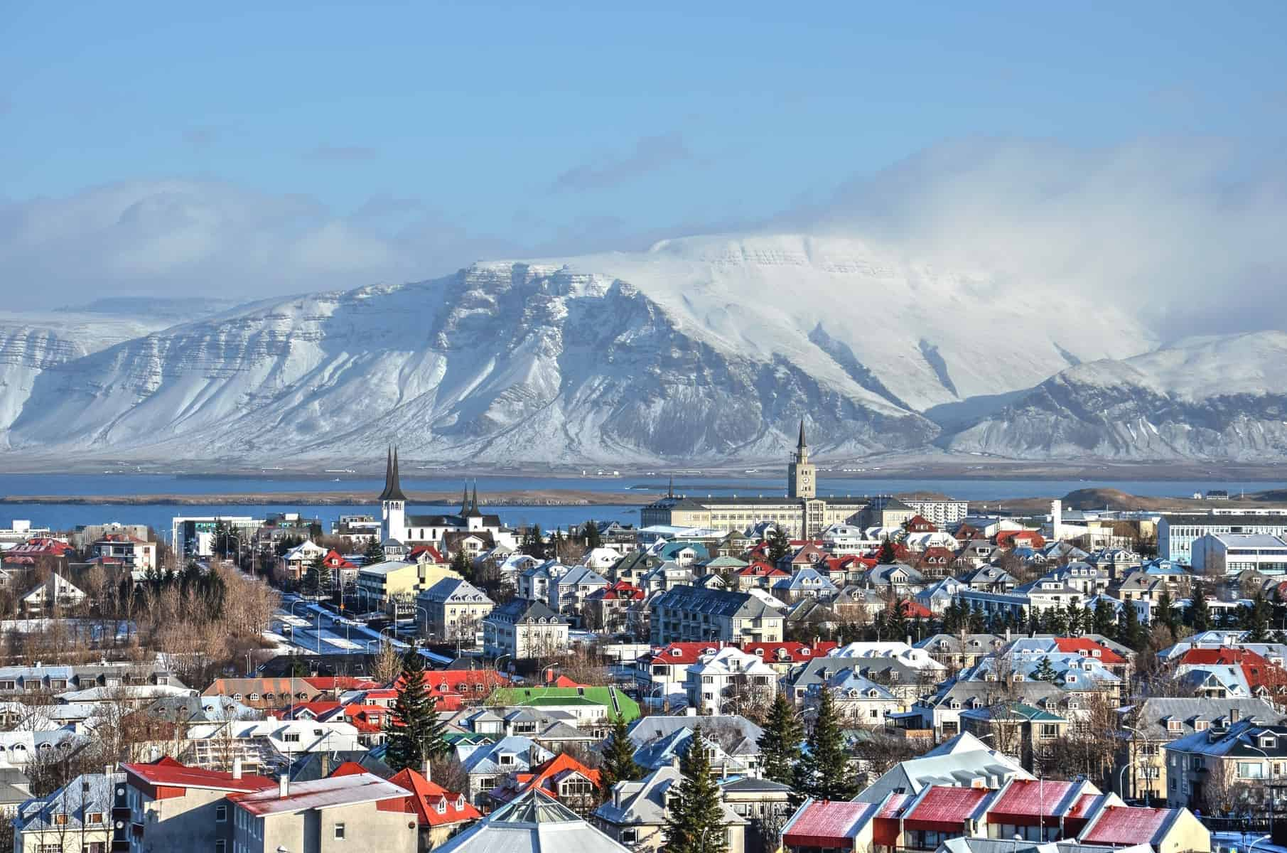 Rejser til Island. Reykjavik, Iceland, Colorful roofs and the ocean and mountains
