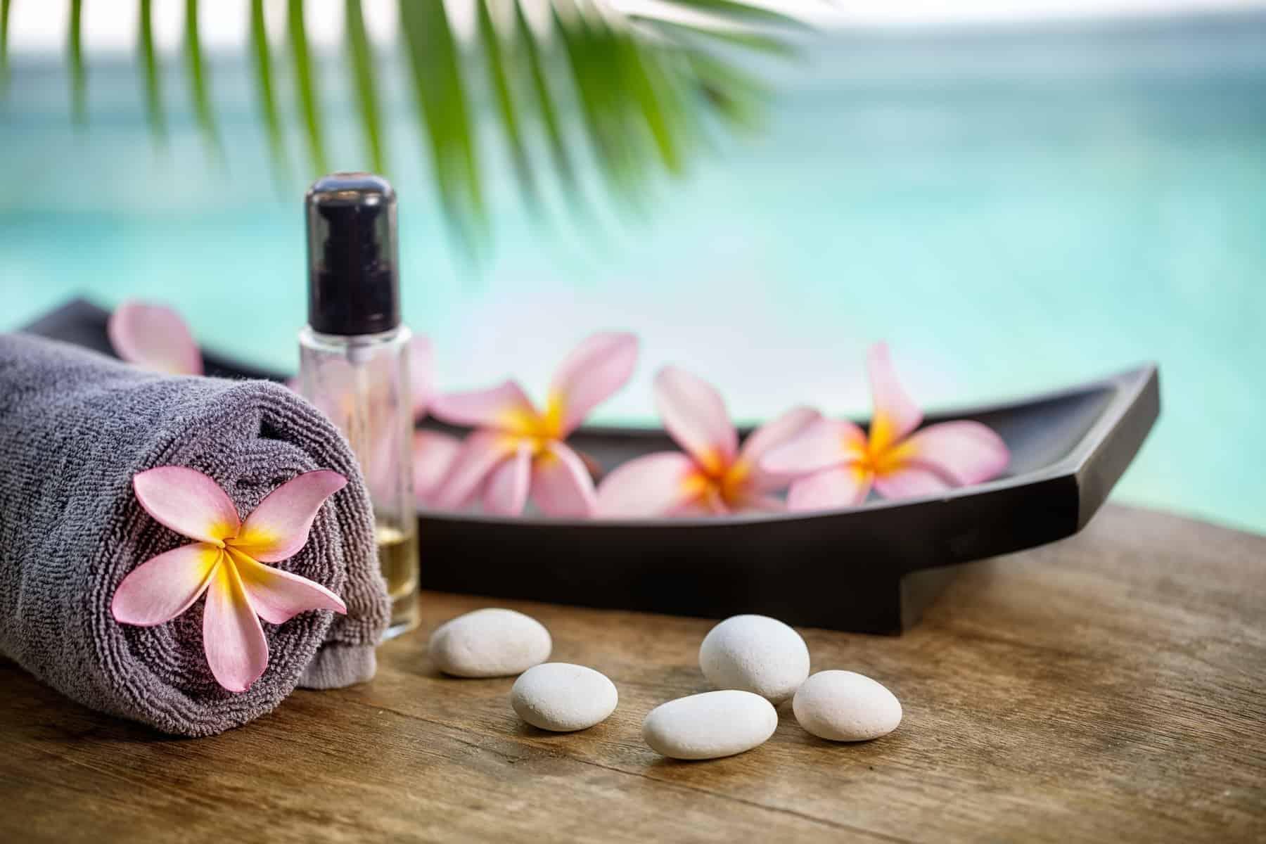 Balinese spa setting, pink frangipani blomster og klar til aromaterapi