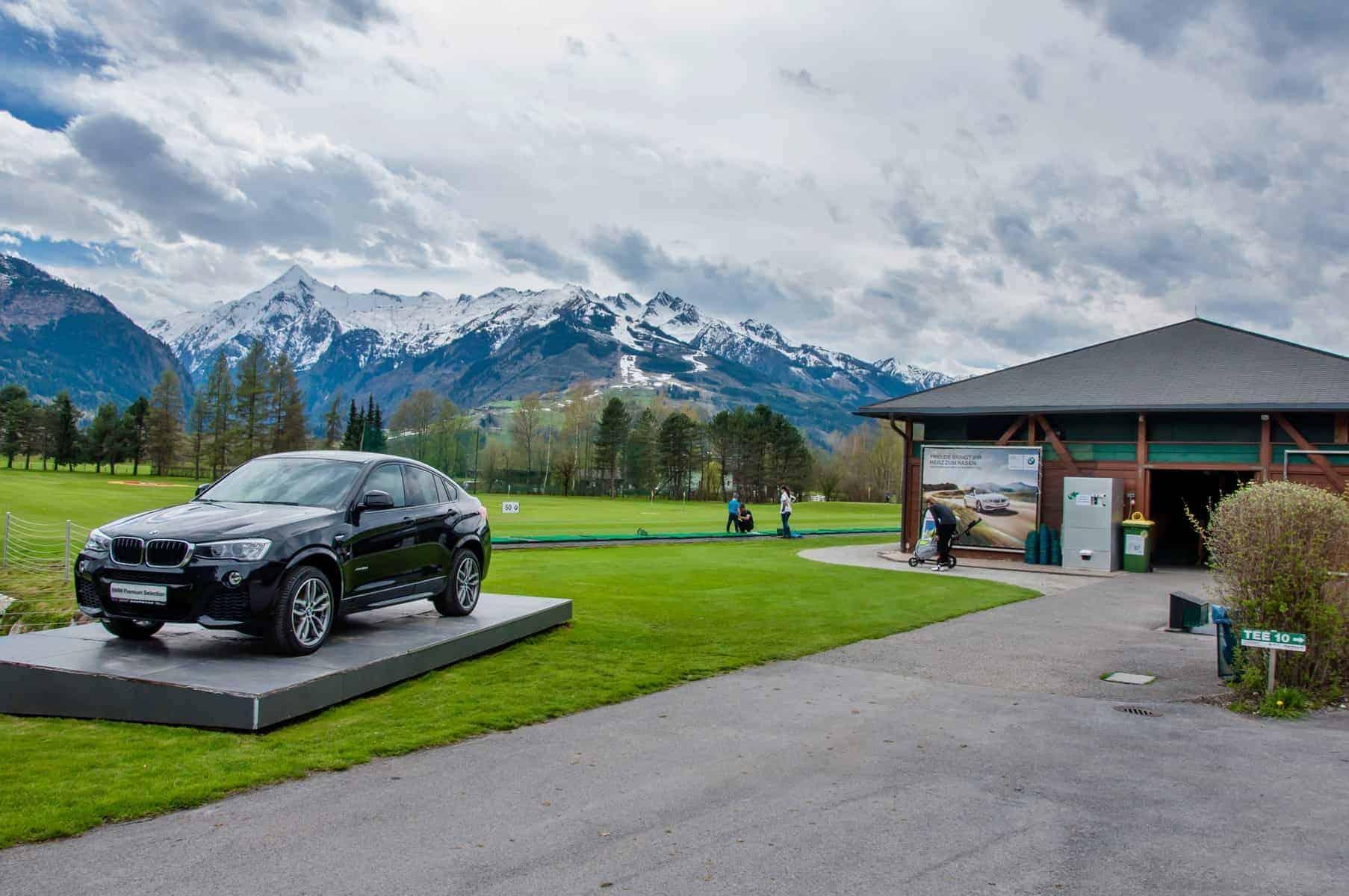 Golfferie i Tyskland. Zell am See, Luxury BMW X6 på piedestal i Golfclub Kaprun