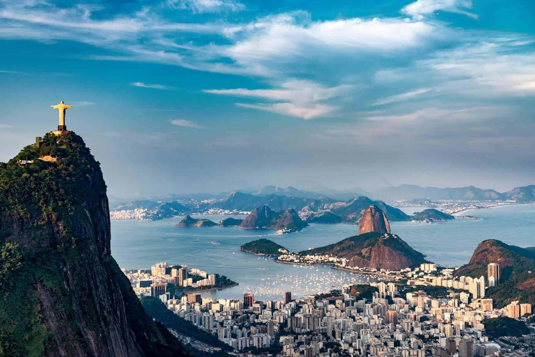 Rio De Janeiro. Corcovado bjerget med statuen af Kristus, samt udsyn over Botafogo, Sugarloaf mountain.