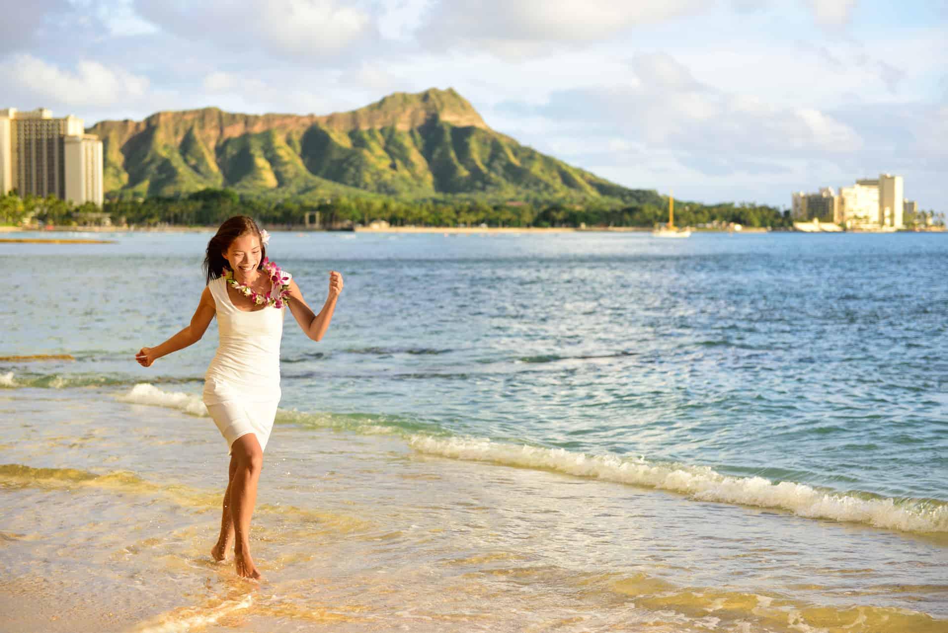 Kvinde nyder en af verdens mest berømte strande, Waikiki beach, Honolulu.