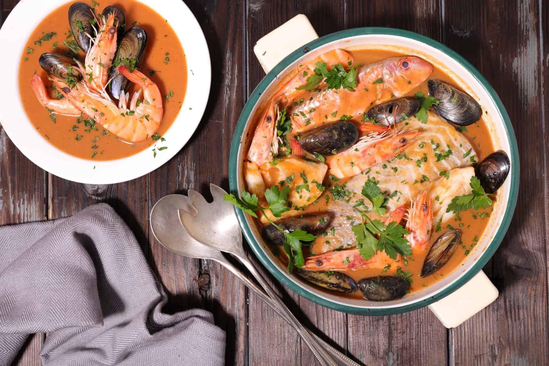 Bouillabaisse, fransk mad fra havet og en signatur fiskesuppe fra Sydfrankrig, der får englene til at synge og hvid-eller rosévinen til at flyde i et dejligt selskab