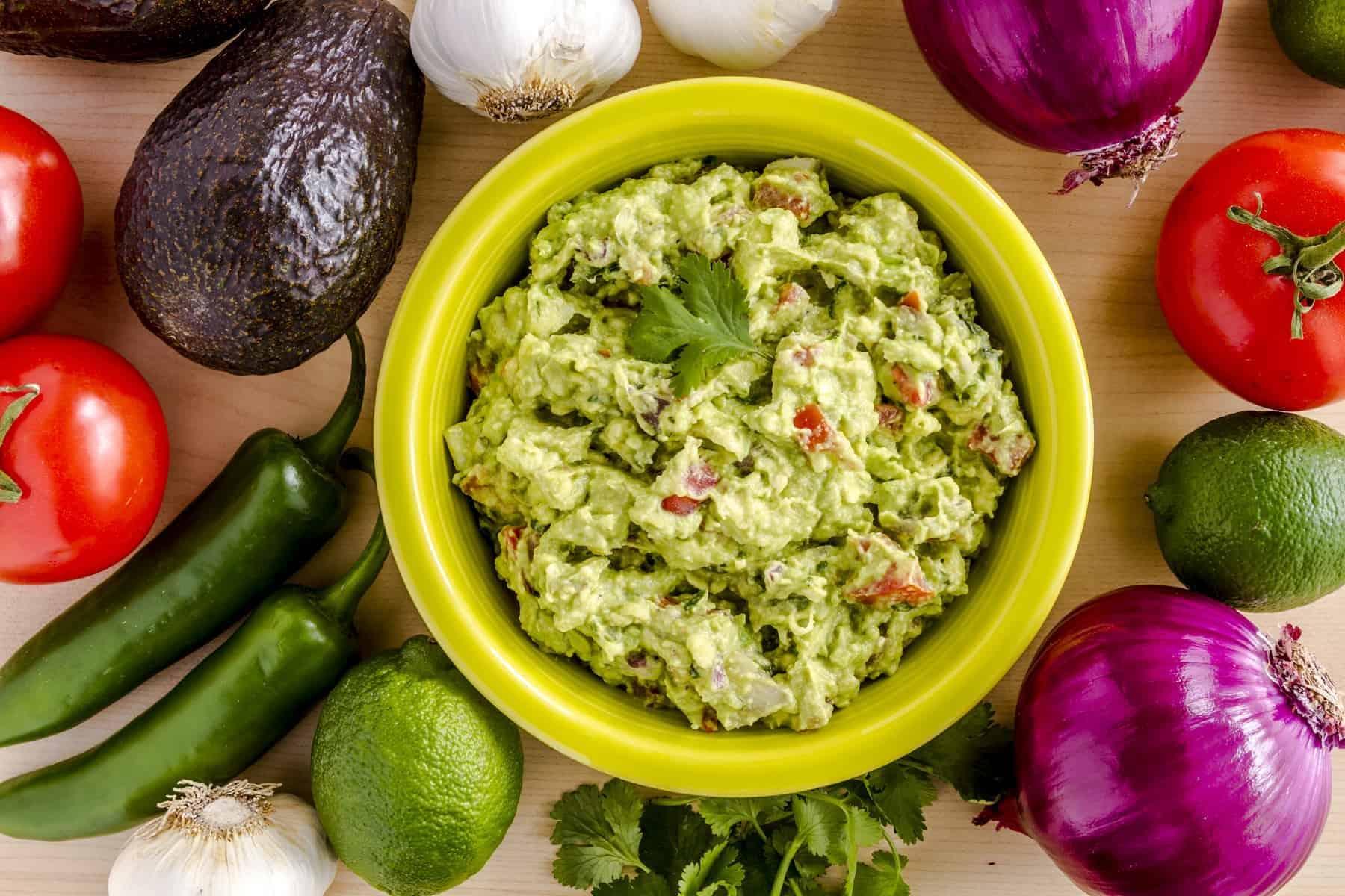 Mexicansk mad: Hemmelavet Guacamole i lysen grøn skål med lækker dip