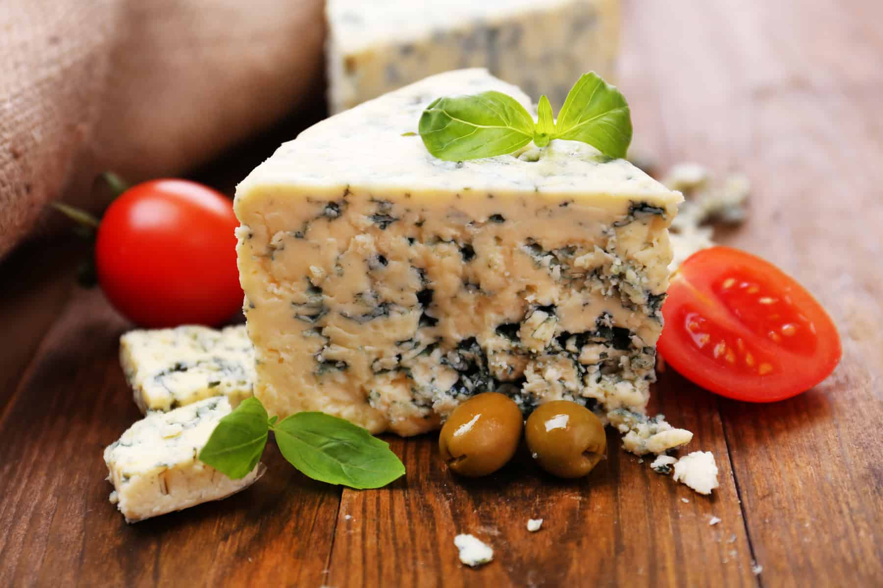 Rocquefort med tomater og oliven og et par basilikum blade, voila: Fransk mad