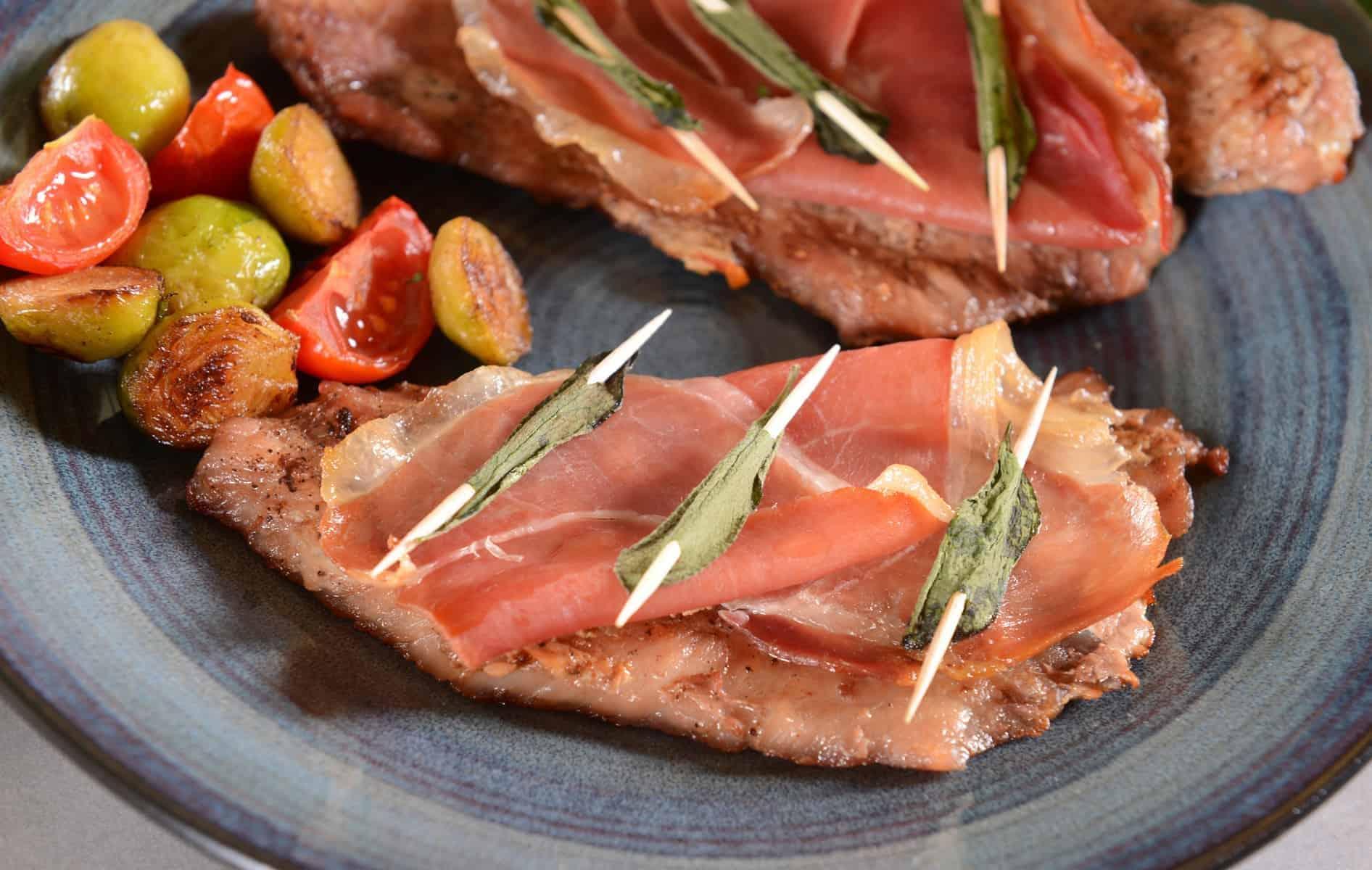 Saltimbocca, kalveinderlår og italiensk skinke med Salvie