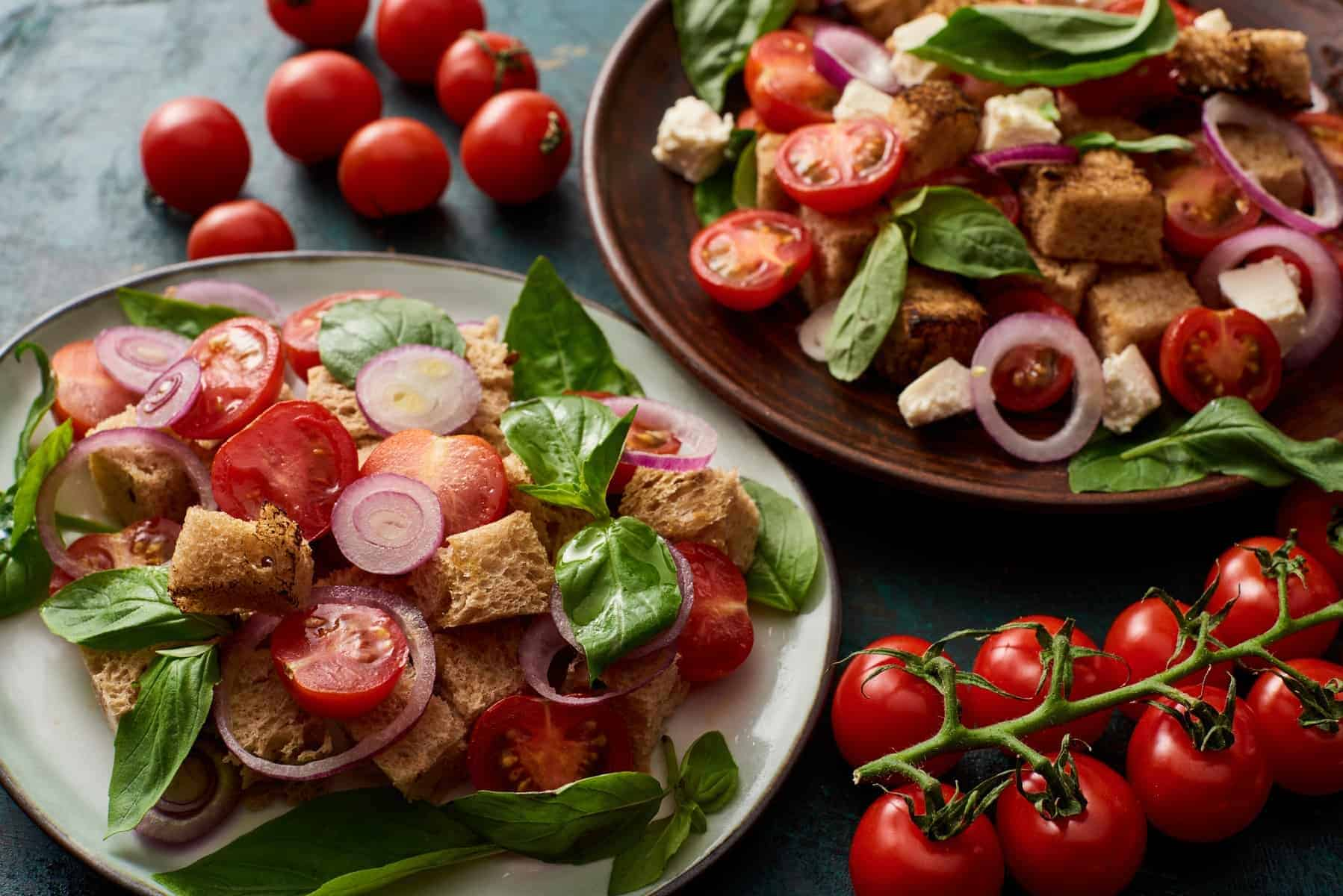 Panzanella, frisk italiensk salat med Croutons/brød