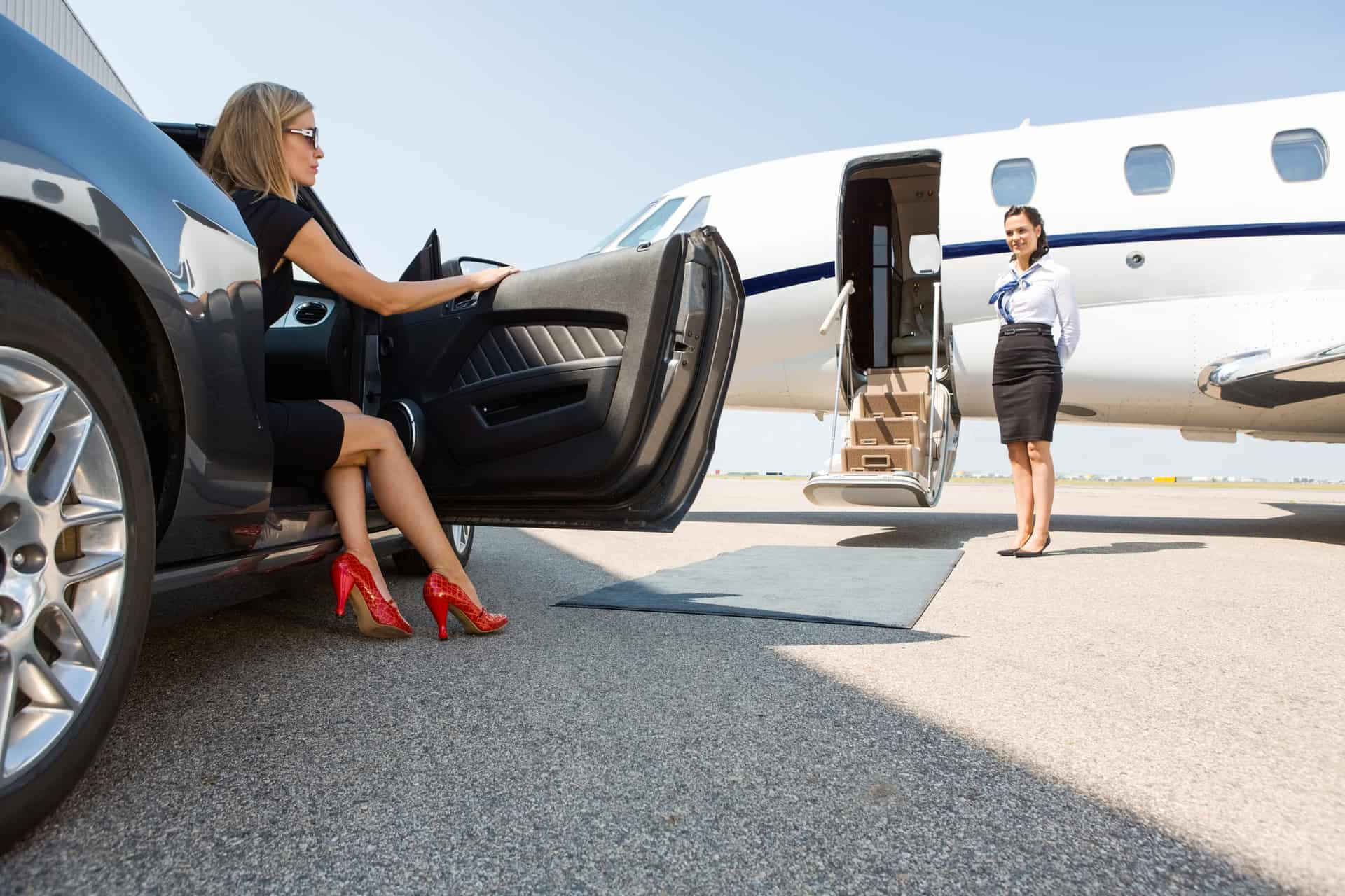 Luksus rejser Wealthy Woman Stepping Out Of Car At Terminal