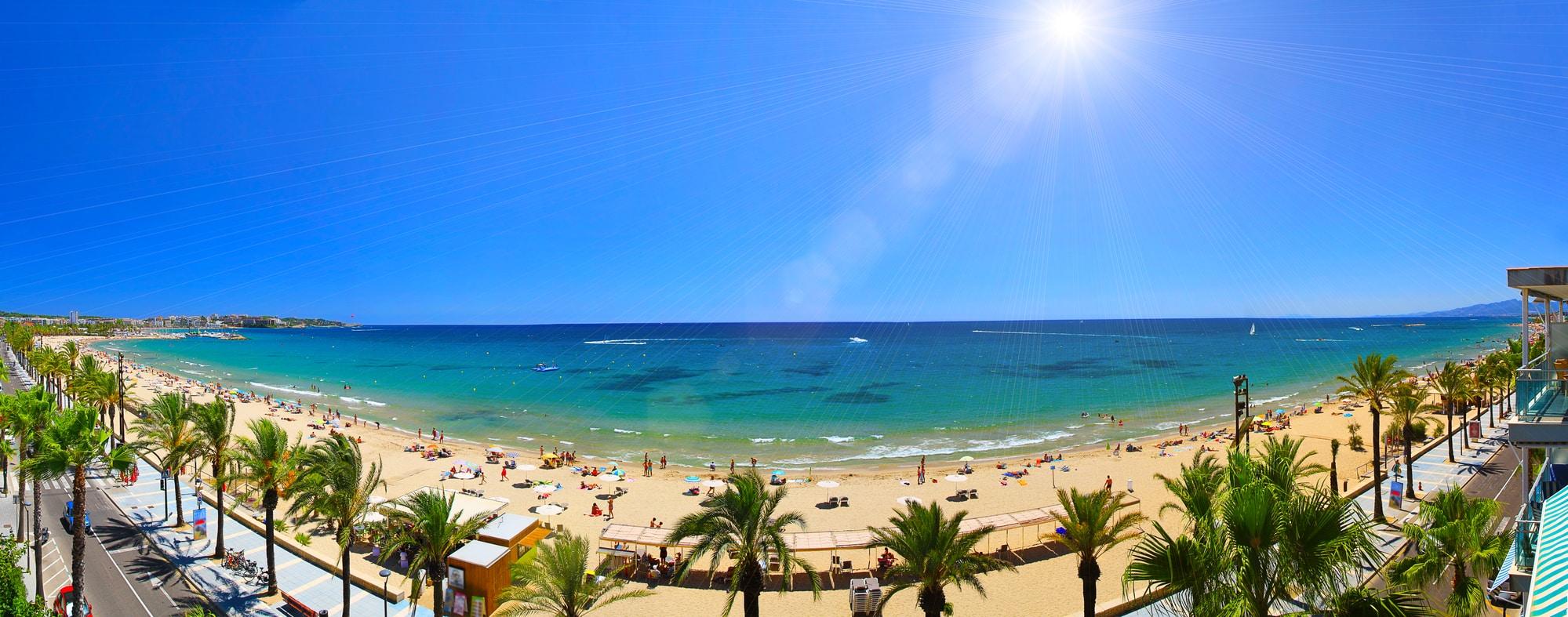 Glamping med Vacanceselect. Platja Llarga beach in Salou, Costa Brava, Spain